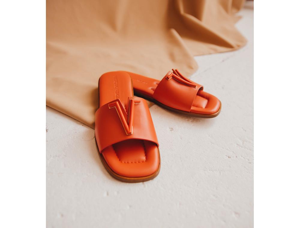 Тренды 2021 в летней обуви: как правильно носить шлепки и вьетнамки
